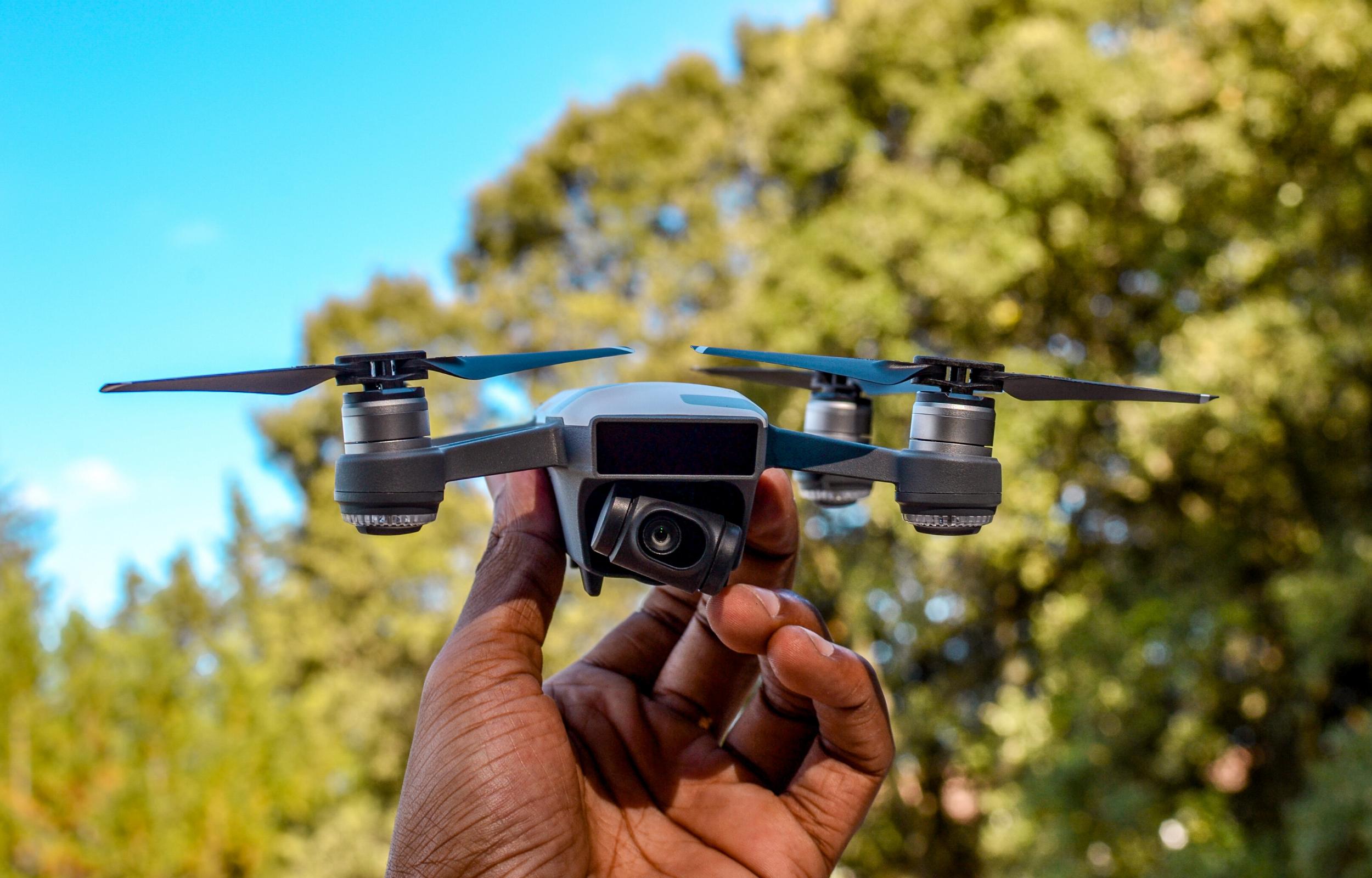 Homme qui tient un drone