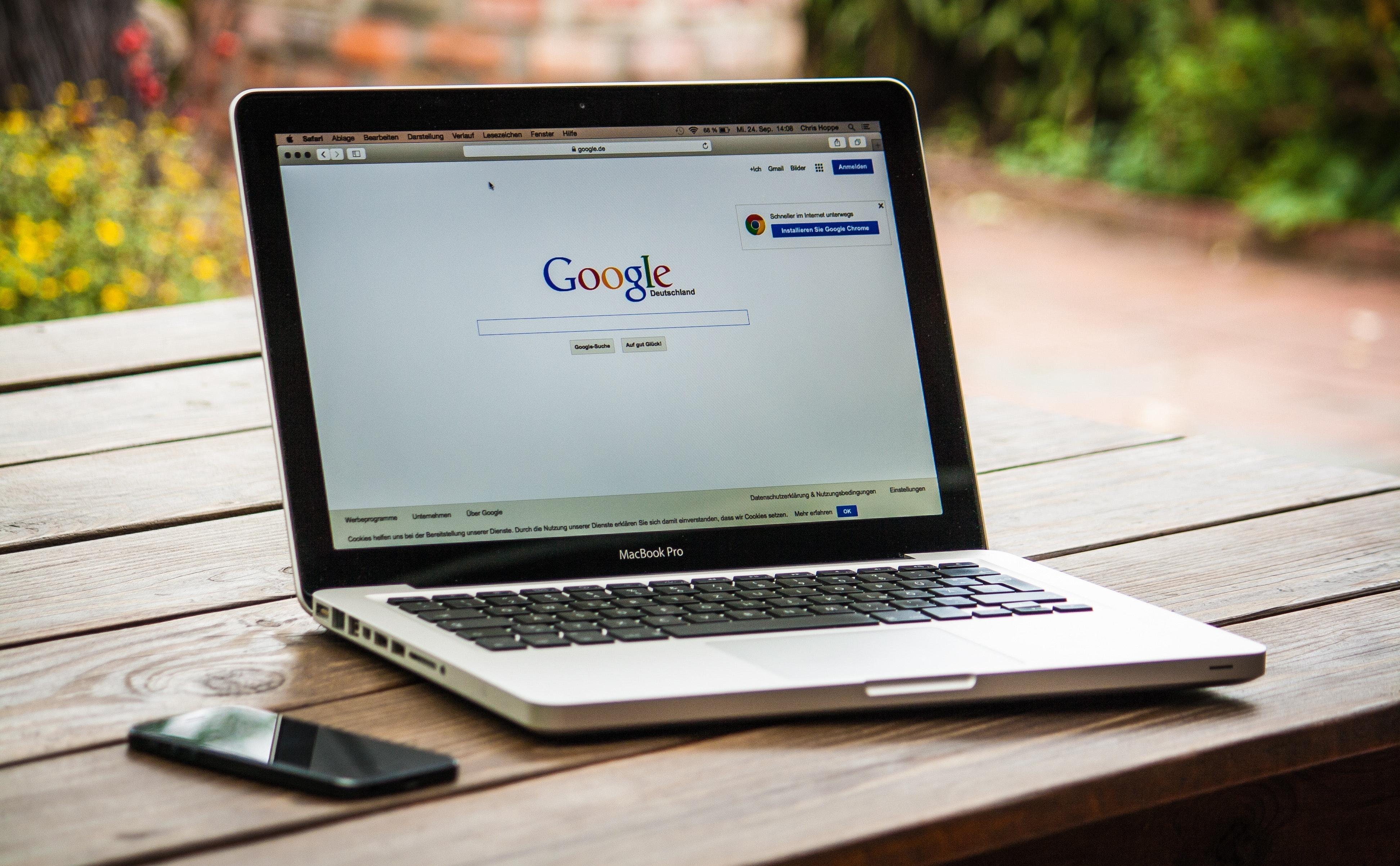 Un paysagiste ouvre son ordinateur portable pour créer des publicitée Google Ads